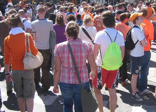 Wandelende mensen op Koningsdag